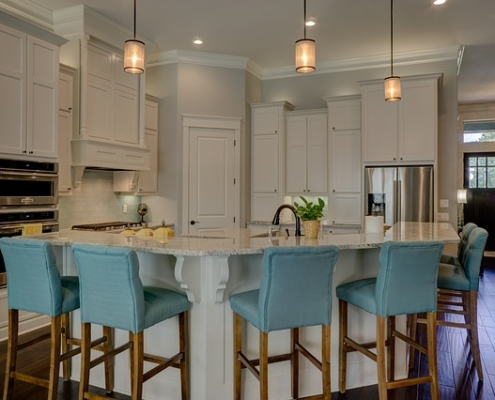 matching ahrdwood floors to the kitchen cabinets
